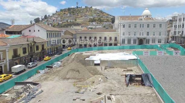 En la plaza de San Francisco los técnicos del Municipio de Quito informaron que encontraron que el área había sido intervenida hace años atrás, en la época moderna. Foto: Vicente Costales/ EL COMERCIO