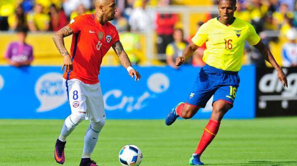 Antonio Valencia se disputa el balón ante Arturo Vidal, en el partido Ecuador vs. Chile. Foto: AFP