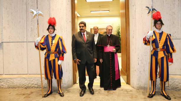 El presidente de Venezuela, Nicolás Maduro (2i), es recibido por el presbíterio italiano Guido Marini (2d), maestro de la Oficina de las Celebraciones Litúrgicas del Sumo Pontífice, hoy, lunes 24 de octubre de 2016, en El Vaticano.