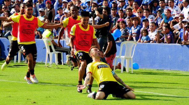El delantero Damián Díaz (10) celebra el primer gol del partido durante el clásico del Astillero este 26 de octubre del 2016.