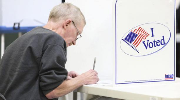 Un ciudadano estadounidense vota en un colegio electoral ubicado en un parque de bomberos durante la jornada de elecciones presidenciales en Estados Unidos, en Indiana, este 8 de noviembre del 2016. Foto: EFE