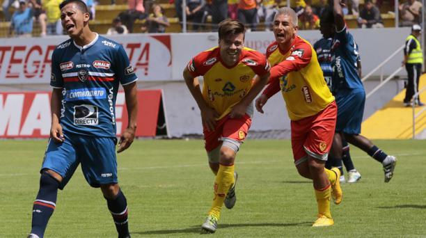 Esteban Solari (centr.) festeja el segundo gol de Aucas en la victoria del equipo 'oriental' ante River Ecuador
