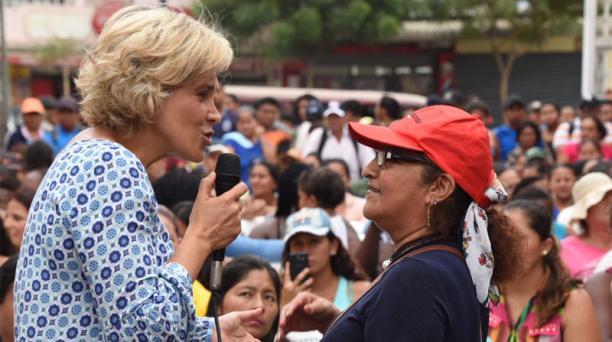Cynthia Viteri se reunió con madres de familia en el sector Paraíso de la Flor, en Guayaquil. Foto: EL COMERCIO