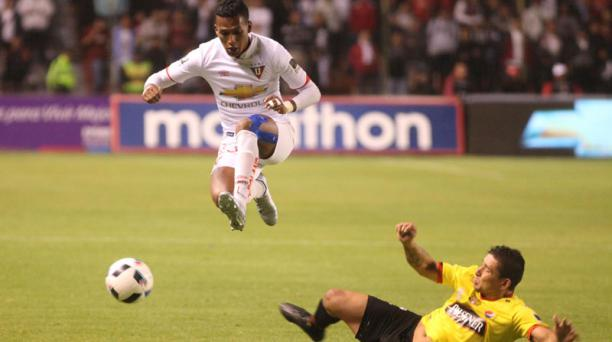 Mario Pineida (der.) destacó en Barcelona; aquí marca a Fernando Guerrero, de Liga