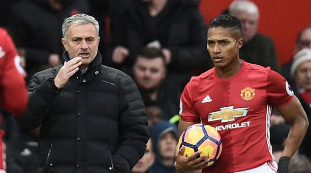 José Mourinho (izq.), entrenador del Manchester United junto a Antonio Valencia (der.