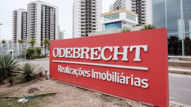 Esta foto de archivo tomada el 23 de junio de 2016 muestra un logo de la constructora brasileña Odebrecht en la Villa Olímpica y Paralímpica de Río de Janeiro, Brasil. AFP