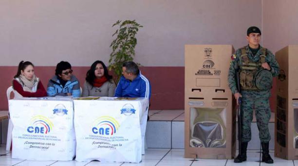En la UE María Eufrasia se simuló una votación en una junta receptora del voto para escanear y transmitir resultados. Foto: Julio Estrella / EL COMERCIO