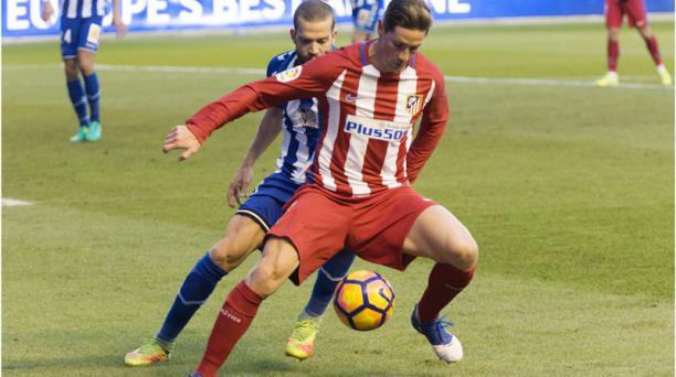 El delantero del Atlético de Madrid Fernando Torres protege el balon frente al defensa del Deportivo Alavés Víctor Laguardia durante el partido correspondiente a la 20 jornada de Liga en el estadio de Mendizorroza. EFE