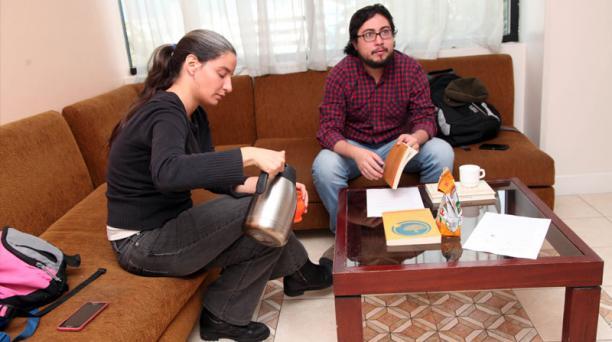 Soledad Vogliano y Daniel Nieves estudian en la residencia de la Universidad Andina.