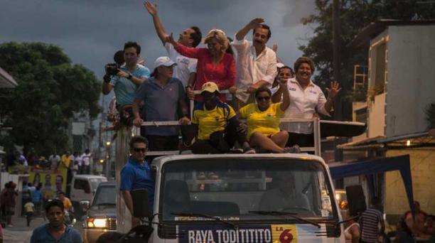 La postulante culminó con una caravana en Guayaquil junto a Jaime Nebot. Foto: Enrique Pesantes / EL COMERCIO