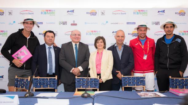 Giovanni Lapentti, primero al izquierda y Nicolás Lapentti, último derecha, estuvieron presentes en la presentación del ATP 250 de Quito