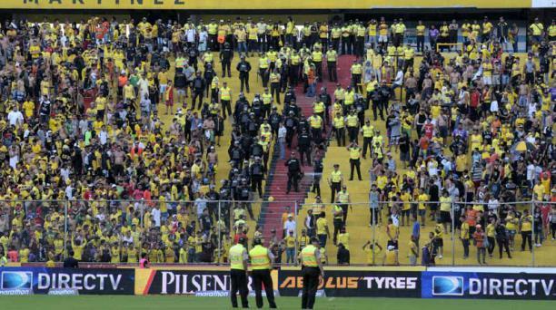Uniformados de la Policía tuvieron que intervenir para evitar la riña campal entre hinchas del Barcelona SC en el estadio Monumental.  Foto: Marcos Pin / API
