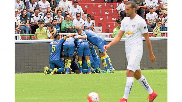 Los jugadores de Delfín celebran frente a la tribuna. Más alejado, Hernán Barcos. Eduardo Terán / EL COMERCIO