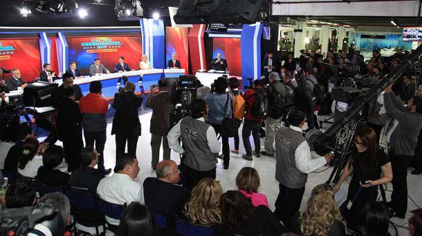 Previo el Diálogo Presidencial 2017, fotógrafos de diferentes medios de comunicación del país tuvieron acceso al estudio de grabación para captar imágenes de los candidatos. En la sala también estuvieron autoridades invitadas. Foto: Pavel Calahorrano / EL
