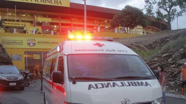 El domingo 5 de febrero del 2017 una ambulancia traslada heridos tras las riñas en el estadio Monumental. Foto: Joffre Flores / EL COMERCIO