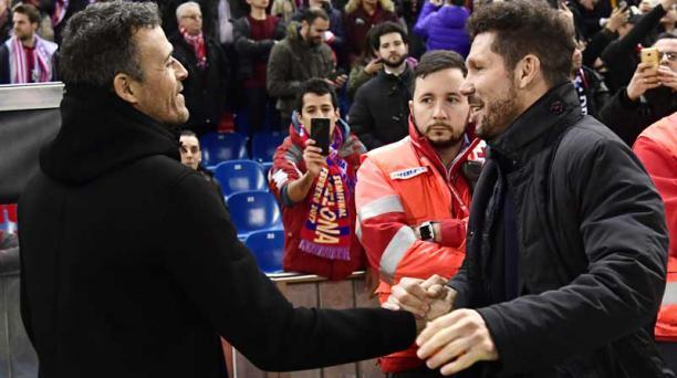 El técnico del Barcelona Luis Enrique (izq.) saluda con el DT del Atlético de Madrid Diego Simeone  en el cotejo de ida de la Copa del Rey. Foto: Javier Soriano/ AFP