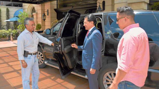 Andrés Proaño y Carlos Zapata, junto al candidato Washington Pesántez. Foto: Paúl RIvas/ EL COMERCIO