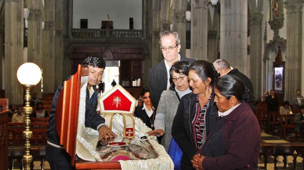 Alberto Acosta (derecha) rinde honores a Monseñor Luna en la iglesia de Santa Teresita. Foto: Eduardo Terán / EL COMERCIO