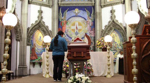 A las 11:00 se realizó la misa de cuerpo presenta de Monseñor Luna Tobar en la iglesia de Santa Teresita. Foto: Eduardo Terán/ EL COMERCIO.