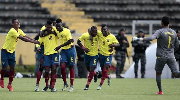 Los jugadores de la Selección Sudamericana sub 20 celebran la victoria ante Colombia 3 a 0.