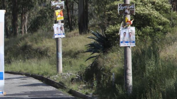La Unidad de Control de Publicidad Exterior del Municipio identificó que los afiches electorales fueron colocados en distintos puntos de Quito, pese a la prohibición. Foto: Alfredo Lagla/ EL COMERCIO