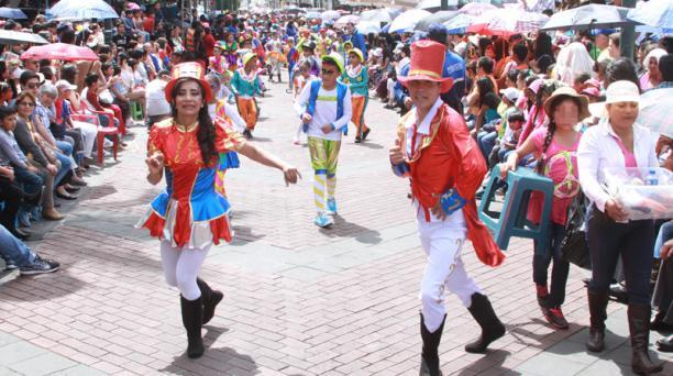 Con el desfile 'Caravana de Ilusiones' arrancó el pregón de fiestas de las Flores y de las Frutas en Ambato. Foto: EL COMERCIO