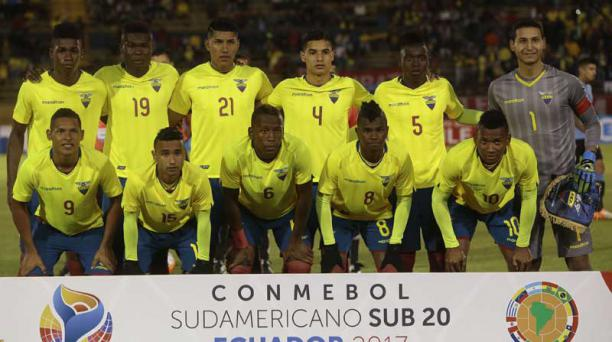 El equipo ecuatoriano Sub 20 en el estadio Olímpico Atahualpa de Quito la noche del 11 de febrero.   Foto: Rodrigo Bendía/ AFP
