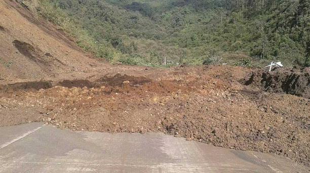 La vía Riobamba- Pallatanga- Guayaquil quedó cubierta de tierra tras un deslizamiento por las intensas lluvias. Foto: cortesía Policía Nacional