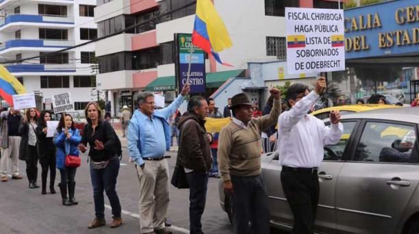 FOTO: ARCHIVO PARTICULAR Ayer, fuera de la Fiscalía, el candidato César Montúfar organizó un plantón para exigir que revelen nombres del caso.