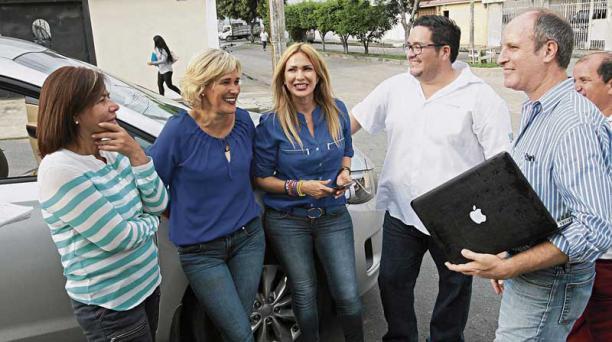 Mónica Zamora, Cynthia Viteri, Susana González, Andrés Tacle y Erik Grunberg analizan la agenda de campaña. Foto: Mario Faustos / EL COMERCIO