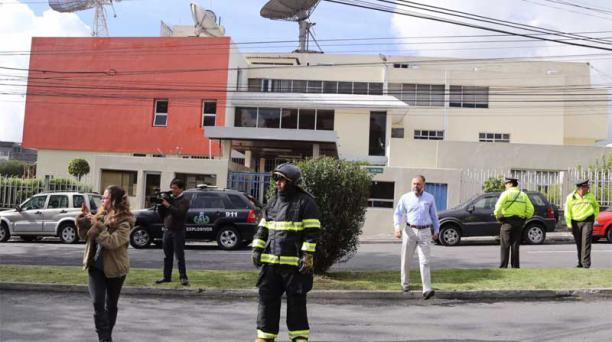 Al edificio de Teleamazonas llegó un supuesto aparato explosivo. Foto:  Alfredo Lagla / EL COMERCIO