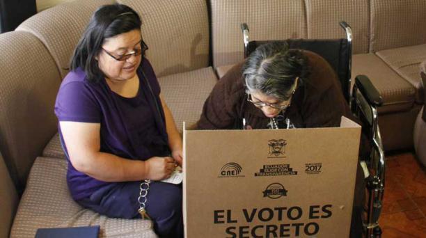 víctor muñoz/ el comercio Eulalia Sandoval, de 76 años, usa silla de ruedas. La junta receptora llegó a San Carlos.