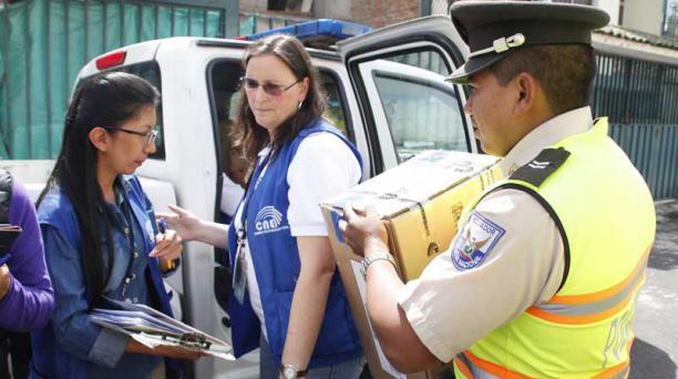 FOTO: VÍCTOR MUÑOZ / EL COMERICO Miembros de la Policía acompañan al personal del Consejo Electoral, en Quito.