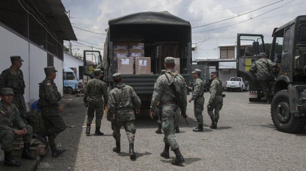 Camiones militares trasladan material electoral al recinto Santa Lucia, en Guayas.  Foto: Enrique Pesantes / EL COMERCIO