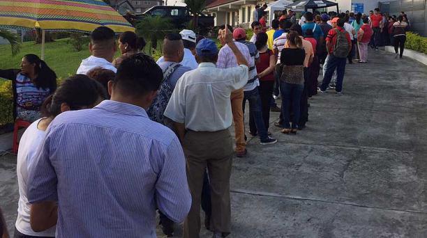 Los manabitas acudieron a los recintos electorales desde tempranas horas de este domingo 19 de febrero. Foto: EL COMERCIO