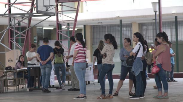 Voto en la universidad Laica Vicente Rocafuerte.  FOTO: Mario Faustos / EL COMERCIO