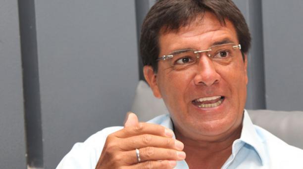 Fue profesional desde 1983 hasta el 200. Está en el Municipio de Guayaquil desde el 2014.