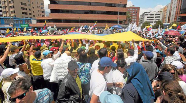 En las inmediaciones del CNE, en Quito, se concentraron cientos de personas para demandar transparencia en los comicios. Foto: Eduarto Terán / EL COMERCIO