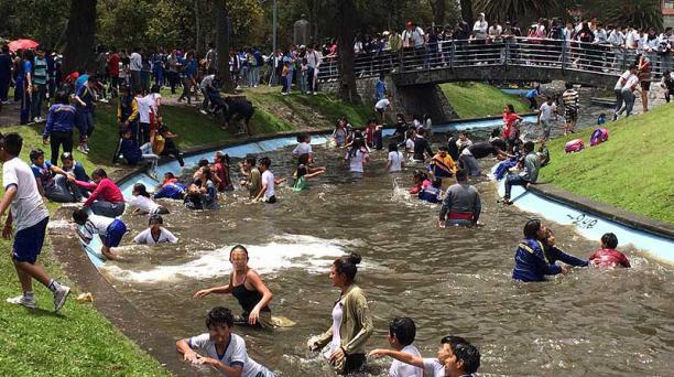 En la laguna del parque de La Alameda se concentraron decenas de estudiantes para jugar carnaval. Foto: Alfredo Lagla / EL COMERCIO
