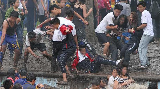 La tradición del carnaval es mojarse, no importa si el agua está sucia. Foto: Alfredo Lagla / EL COMERCIO