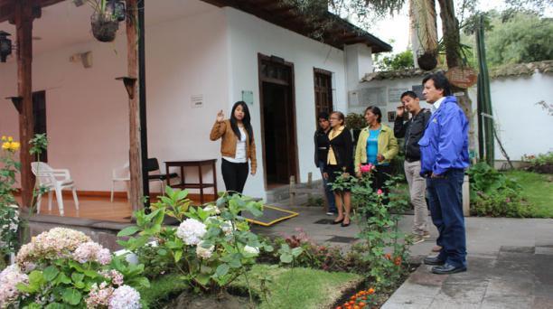 Una guía de la quinta de Juan León Mera explica detalles a un grupo de turistas guayaquileños.