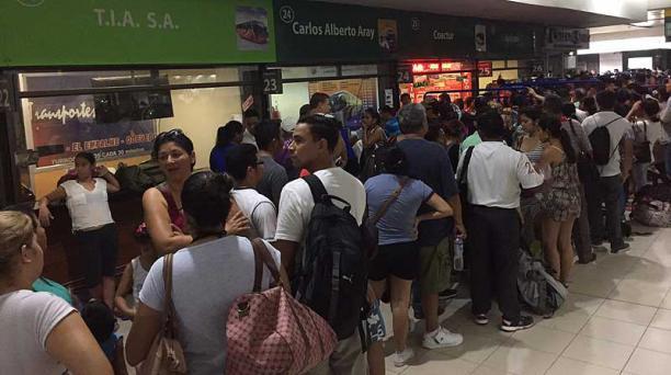 Desde tempranas horas de este sábado 25 de febrero del 2017, decenas de personas acudieron a la terminal de Guayaquil para adquirir un boleto y viajar a los distintos balnearios de la costa ecuatoriana. Foto: Mario Faustos / EL COMERCIO