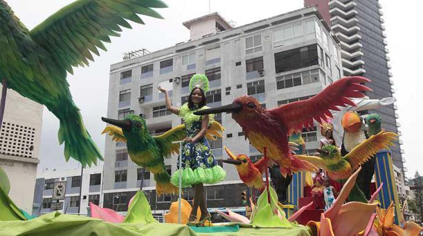En el desfile participaron seis carros alegóricos que mostraron como se celebra el Carnaval en seis países del mundo. Foto: Mario Faustos / EL COMERCIO