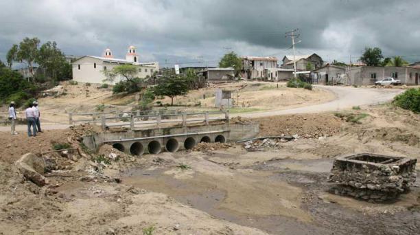 En la comuna Río Verde, del cantón Santa Elena, el puente estuvo a punto de colapsar. El río no crecía desde el fenómeno de El Niño de 1997-1998. Foto: Mario Faustos / EL COMERCIO