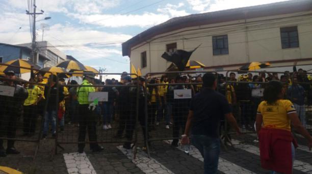 Los integrantes de la barra Sur Oscura, de Barcelona SC, no pudieron ingresar al estadio general Rumiñahui.