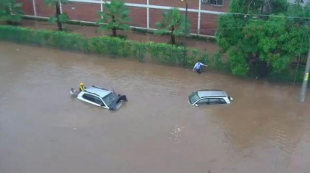 Dos autos quedaron cubiertos por el agua, tras un torrencial aguacero la tarde de este 6 de marzo en Guayaquil. Foto: Twitter Corporación de Seguridad Ciudadana de Guayaquil