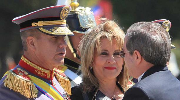 oto: archivo el comercio El general Luis Castro saluda con el ministro de Defensa, Ricardo Patiño, en una ceremonia realizada en la Esmil.