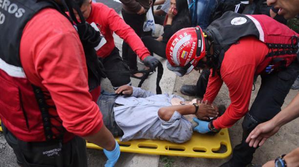 Personal de rescate atendieron a los heridos, tras el accidente en Guayllabamba. Foto: Alfredo Lagla/ EL COMERCIO