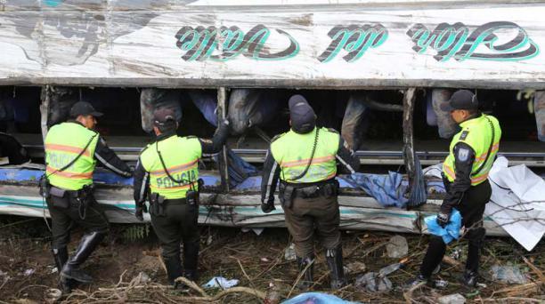 oto: el comercio Los familiares de los fallecidos  llegaron ayer a  la morgue de Quito.