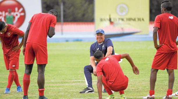El entrenador Jorge Célico (al fondo) se divierte con los jugadores juveniles del equipo principal de U. Católica. Foto: David Paredes/ EL COMERCIO
